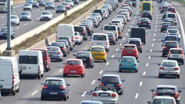 Tráfico de verano carreteras. emisiones