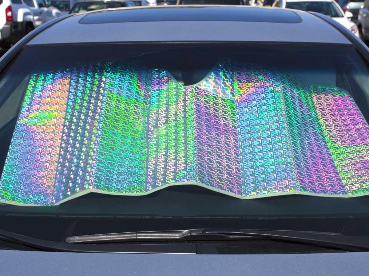 Sí, poner el parasol en tu coche ayuda más de lo que crees