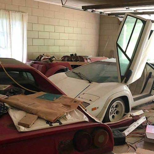 Una colección de superdeportivos aparece en el garaje abandonado de una anciana