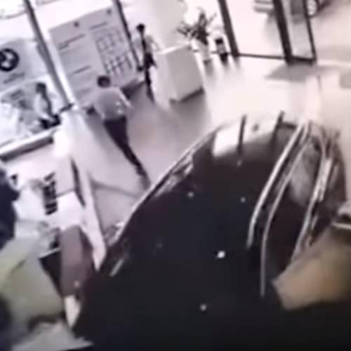 Prueba un BMW X1 y sufre un accidente en el concesionario