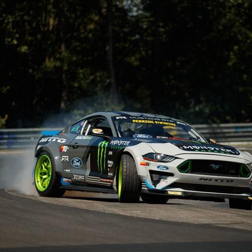 Se hace el circuito de Nurburgring con un Ford Mustang y derrapando