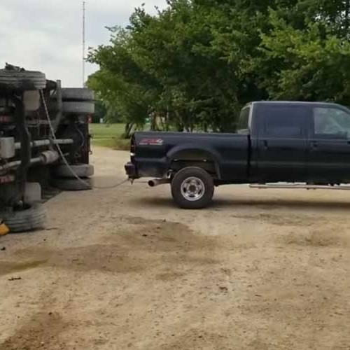 ¿Puede una furgoneta pick up levantar un autobús volcado?