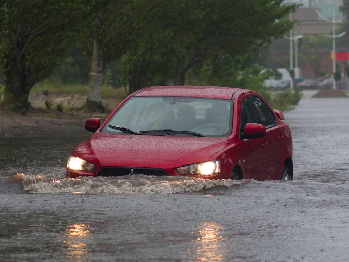 coche en una riada