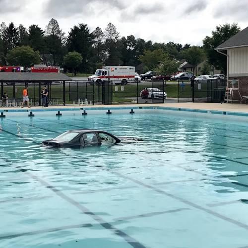 Mete su coche en la piscina en una clase de conducir