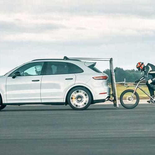 Alcanza el récord de velocidad en bicicleta al rebufo de un Porsche