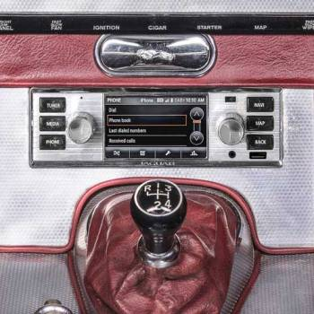 Jaguar Land Rover presenta sus nuevos sistemas de infoentretenimiento vintage