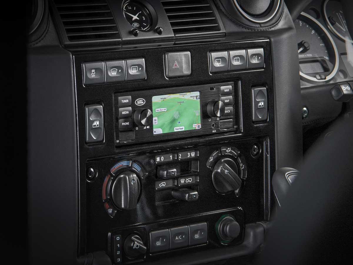 sistema de infoentretenimiento vintage de Land Rover clásico