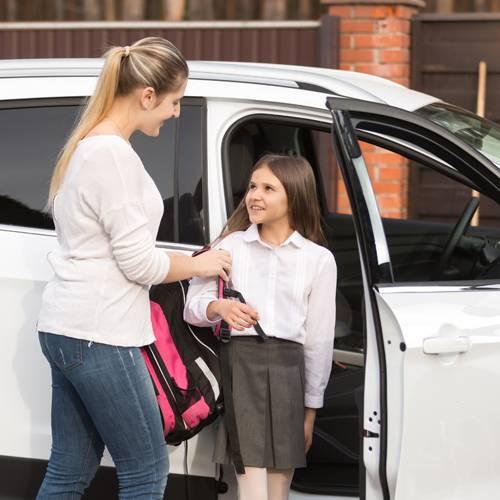 ¿Se puede estacionar o parar en doble fila en la puerta de un colegio?