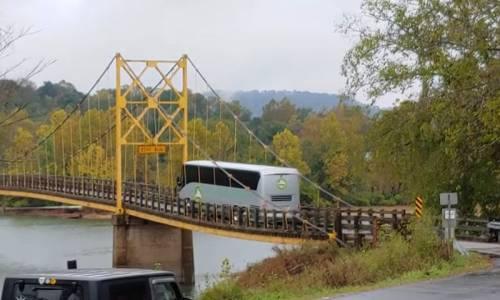 Este autobús dobla un puente colgante al ignorar el límite de peso