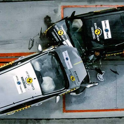 Choque frontal entre dos Ford Fiesta de 1998 y 2018: ¿cuál se daña más?
