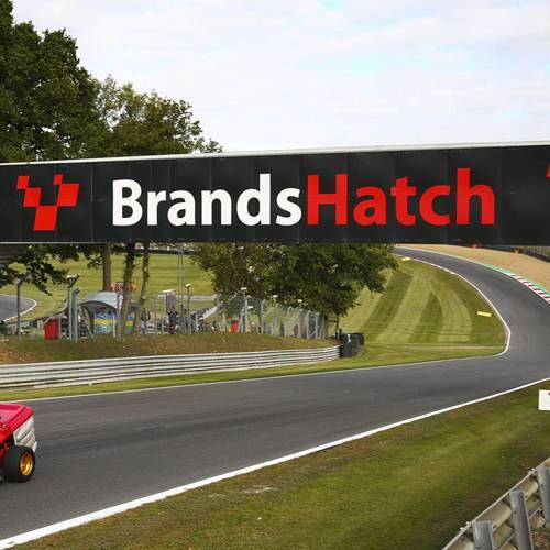 Espectacular vuelta al circuito de Brands Hatch… sobre un cortacésped