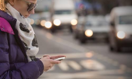 Cruzar mirando el móvil, nuevo objeto de multas
