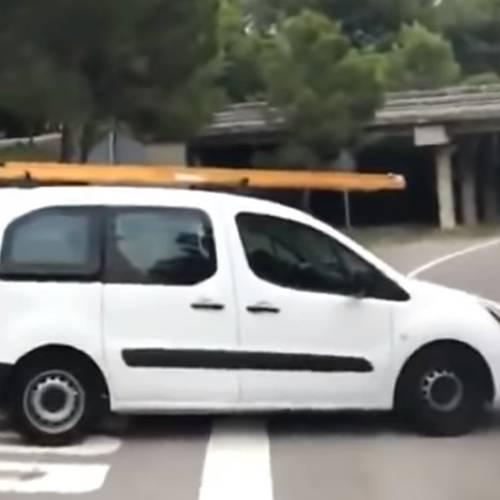 Un conductor y sus acompañantes se quedan 'durmiendo la mona' en plena carretera