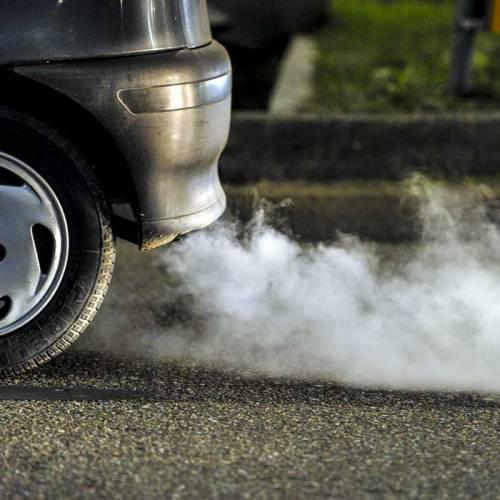 ¿Por qué mi coche echa humo blanco?