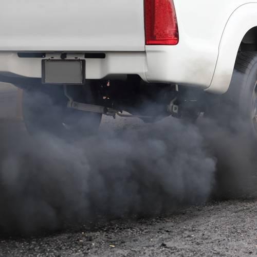 ¿Por qué echa humo negro mi coche?
