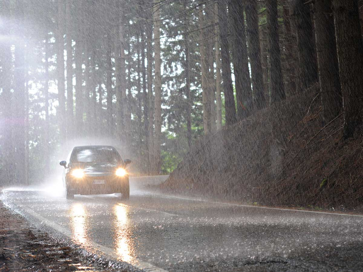 neumáticos en lluvia