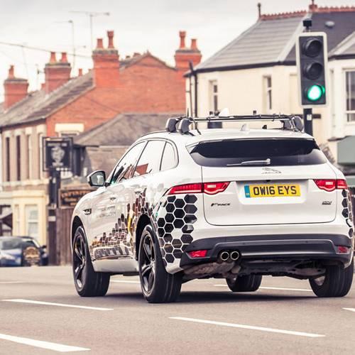 Jaguar Land Rover trabaja en una tecnología para que siempre encuentres el semáforo en verde