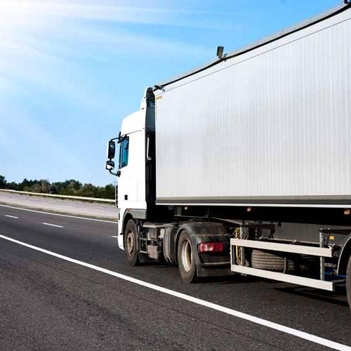 Camiones camuflados para vigilar el uso del móvil, la última idea de la DGT