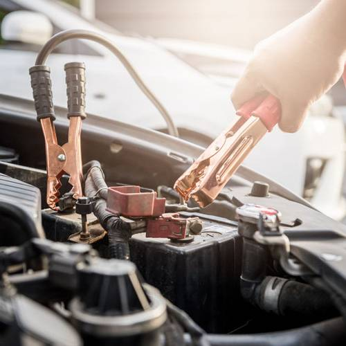 ¿Cómo puedo arrancar un coche con las pinzas?