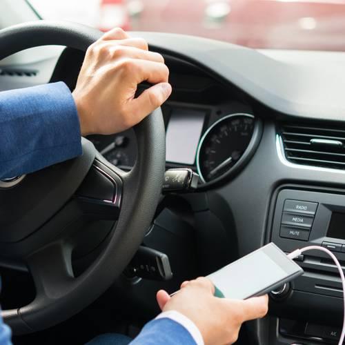 Cómo NO debes cargar el móvil en el coche