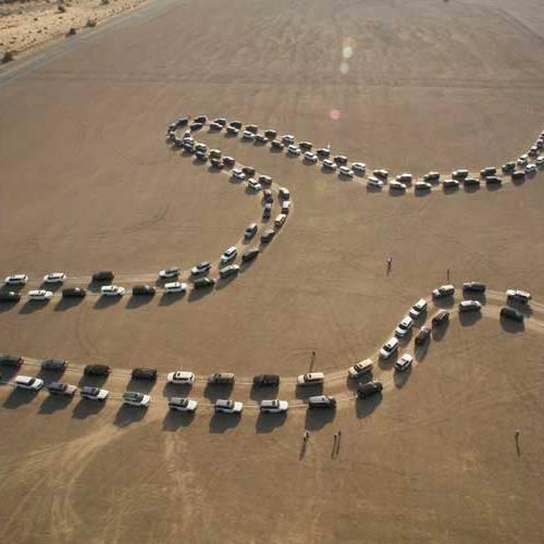 180 Nissan Patrol se mueven al unísono para batir un Récord Guinness