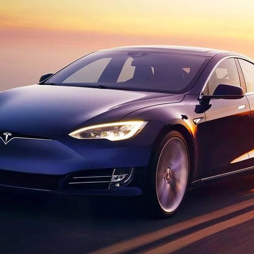 Detenido por circular dormido, borracho y con el piloto automático del Tesla Model S