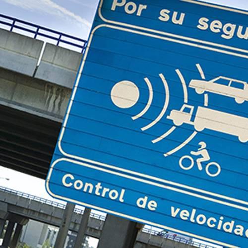 Le pillan a 242 km/h… y se libra de la multa