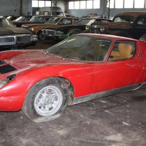 Subasta histórica de clásicos en Francia: 81 coches abandonados en una granja por su propietario
