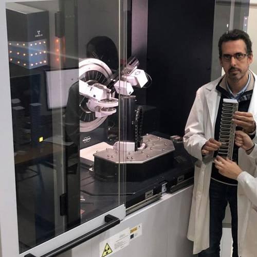 La Universidad de Córdoba aumenta un 60 % la autonomía de las baterías de los coches eléctricos al emplear cáscara de almendra