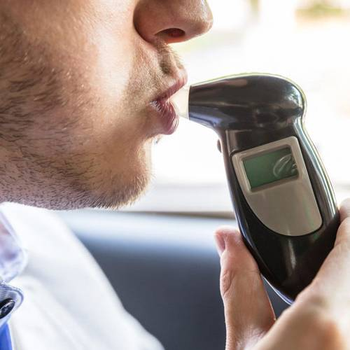 Tu coche podría instalar alcoholímetros que impidan arrancarlo