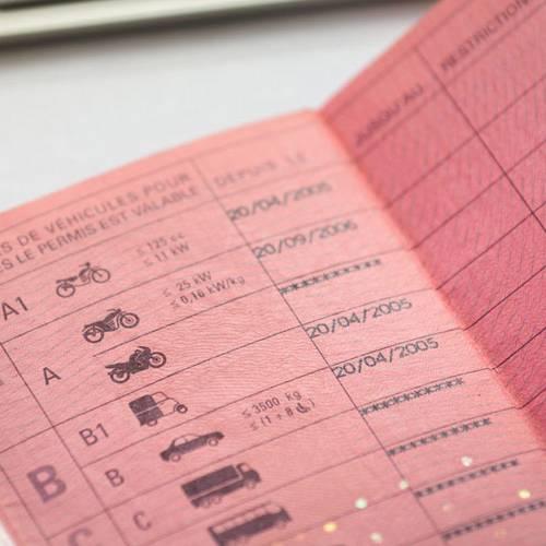 Solo un 10 % de fallos y clases presenciales obligatorias, principales cambios para sacarse el carné de conducir