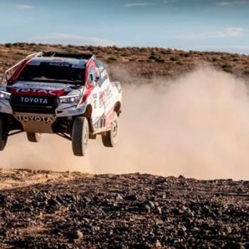 Fernando Alonso se divierte con el Toyota Hilux del Dakar