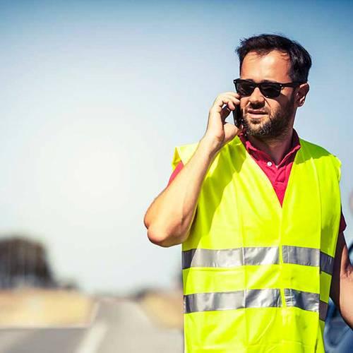 Tráfico multará a los peatones que caminen por la carretera sin el chaleco reflectante