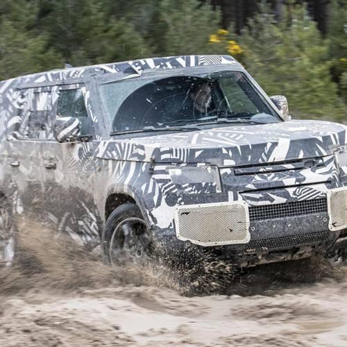El nuevo Land Rover Defender se descubre mientras ultima su puesta a punto.