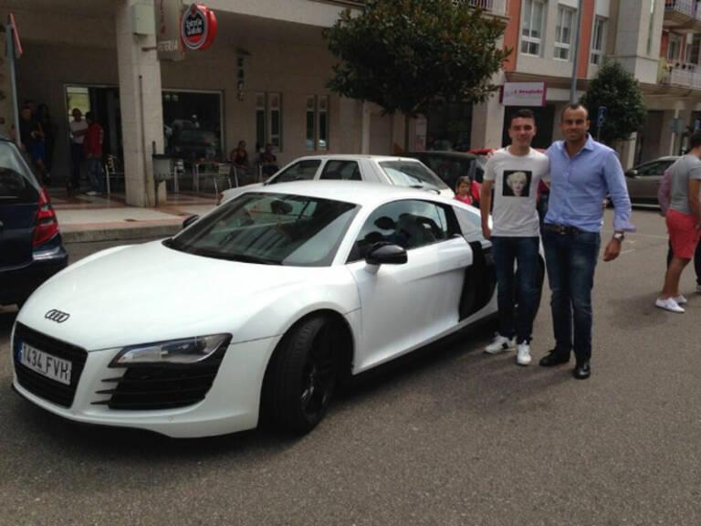 Iago Aspas junto a su Audi R8 blanco.