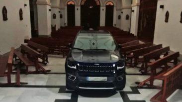 coche en una iglesia