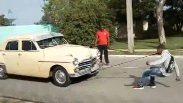 cubano arrastra coches