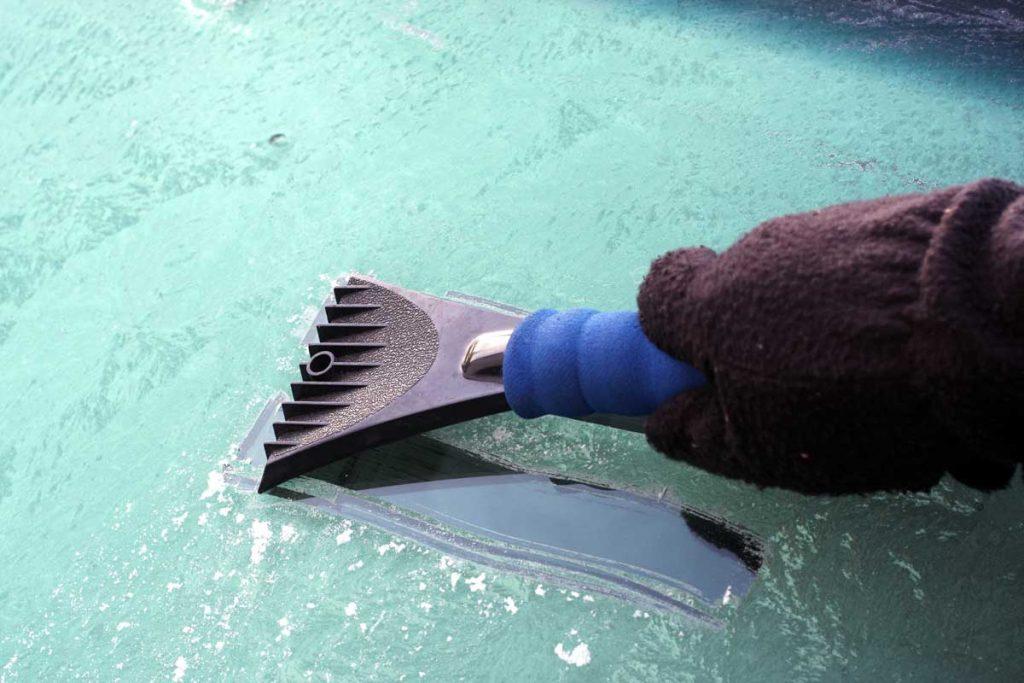quitar hielo parabrisas