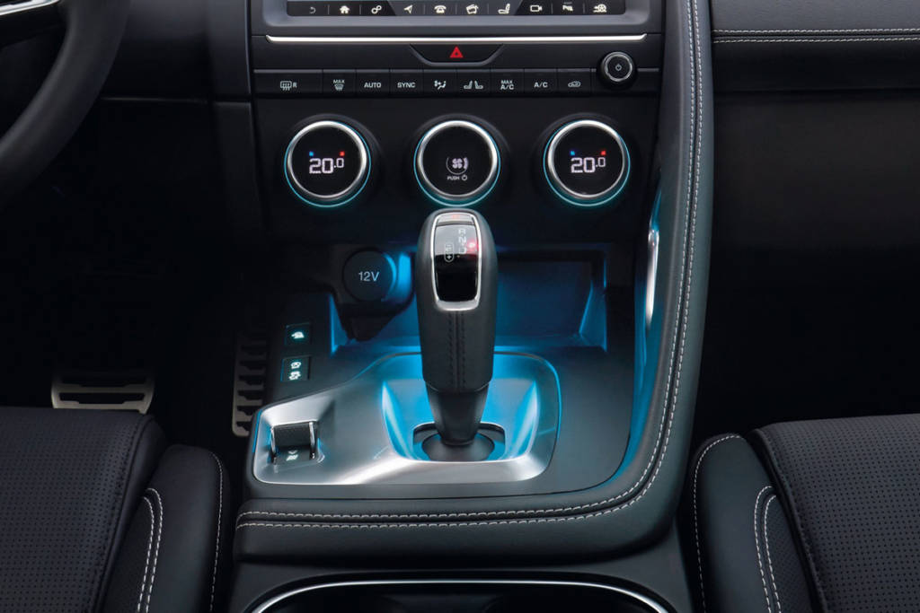 jaguar e-pace interior consola
