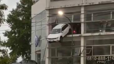 coche colgado