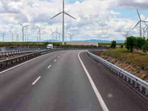 Molinos de viento y aerogeneradores junto a una carretera