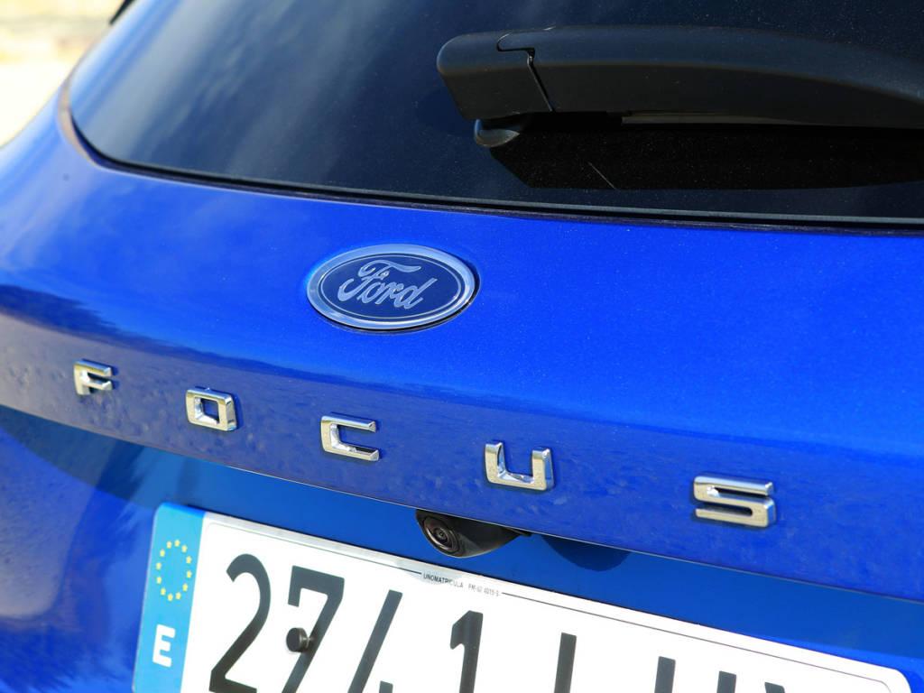 El Ford Focus MHEV luce denominación bajo el logo de Ford