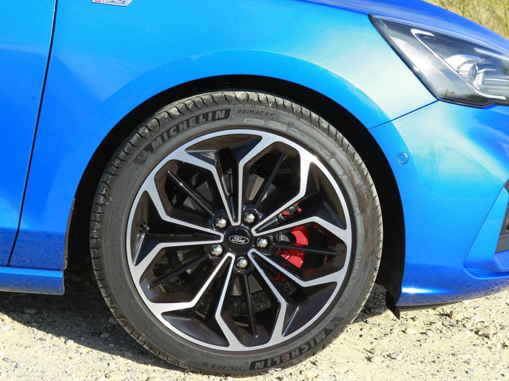 Las llantas de 18 pulgadas del Ford Focus MHEV provienen de la lista de opcionales y añaden 400 euros a la factura final
