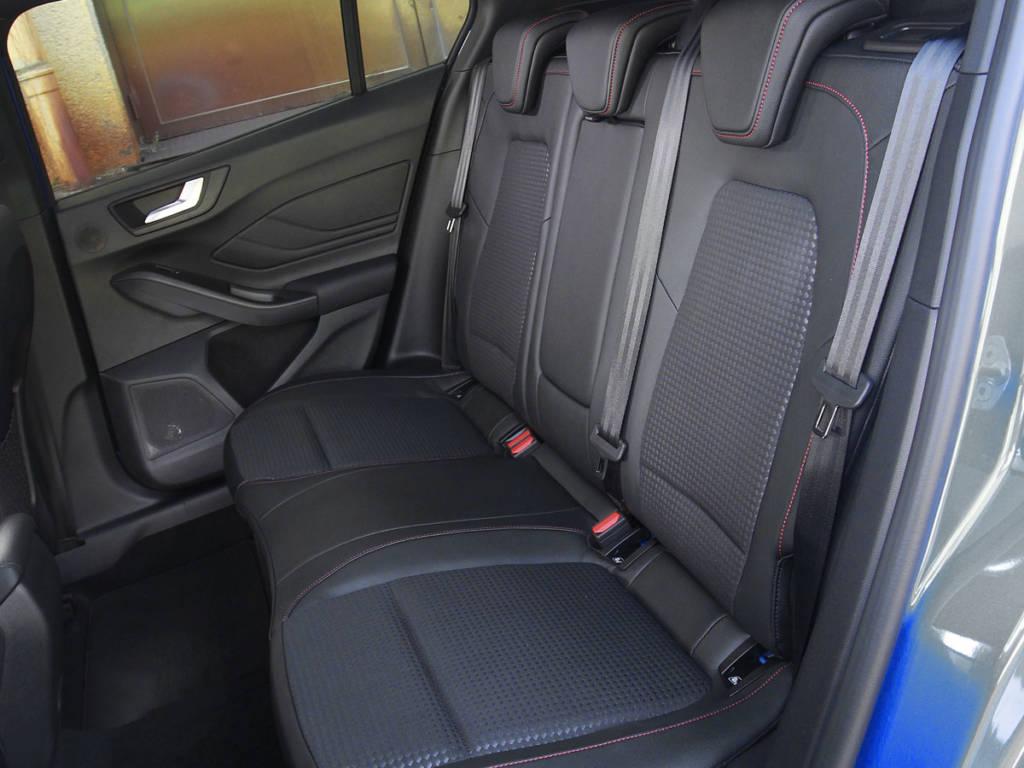 Las plazas posteriores del Ford Focus MHEV no son las más habitables pero sí permiten viajar por tiempo limitado a tres personas.