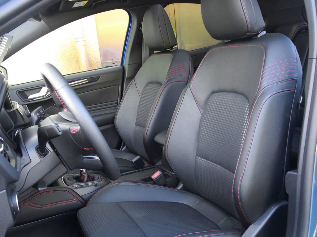 La deportividad del exterior se deja notar en el interior del Ford Focus MHEV con detalles como los asientos.