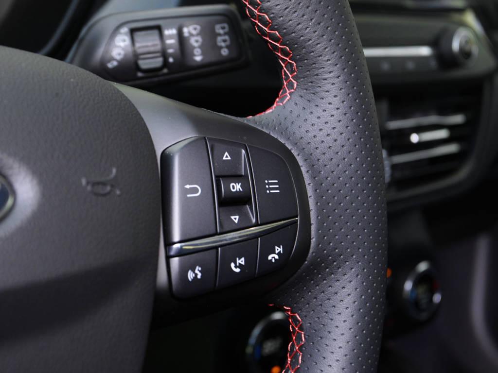 Detalle de la parte derecha del volante multifunción del Ford Focus MHEV