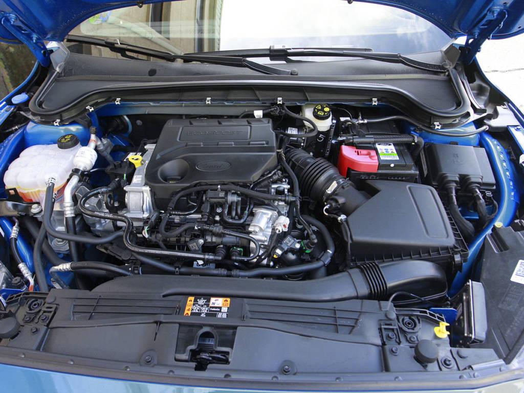 El motor dl Ford Focus MHEV es un 1.0 EcoBoost aparejado a un alternador eléctrico junto a la caja de cambios.