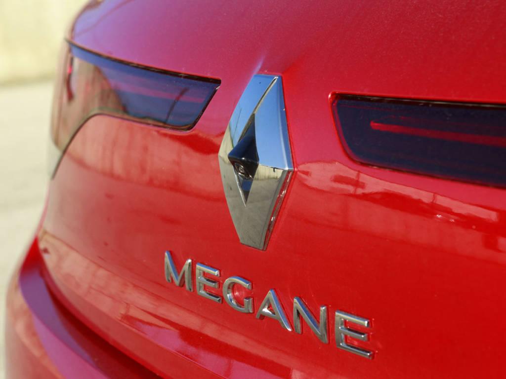 Detalle del logo y el nombre del modelo en la trasera