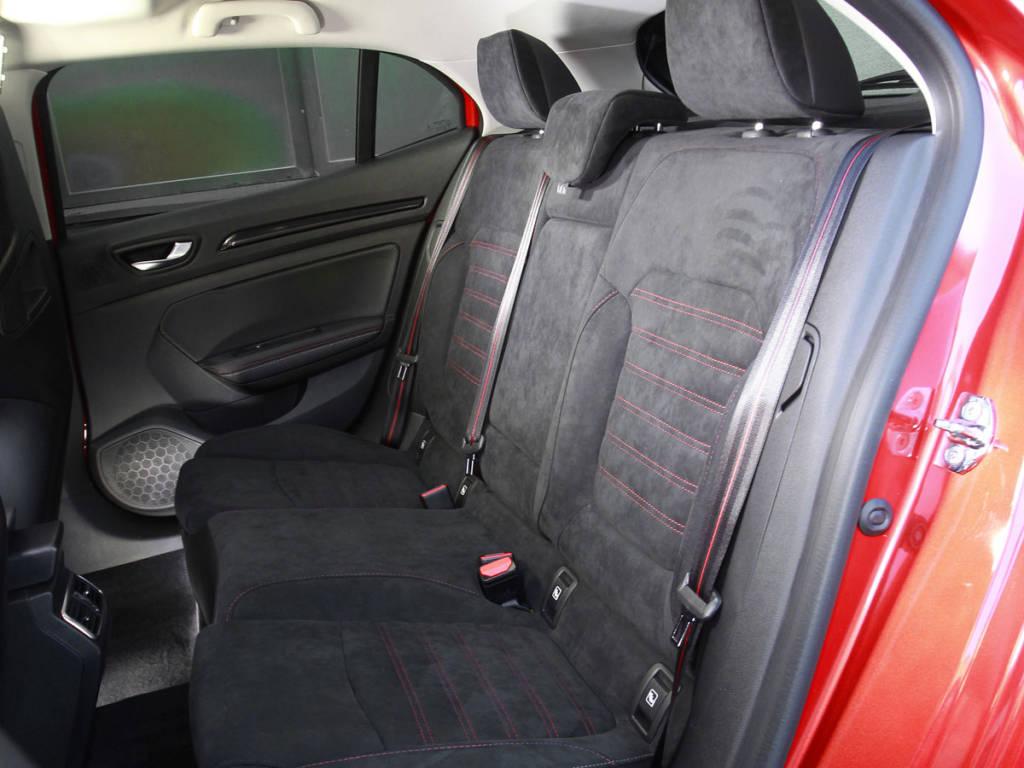 Los asientos traseros también muestra configuración deportiva