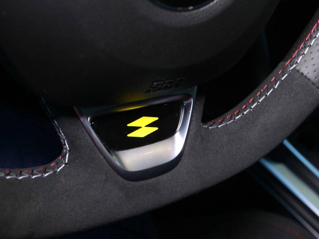 En la parte inferior del volante, muestra el logo R.S.
